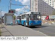 Купить «Троллейбус маршрута 20 на остановке. Москва», эксклюзивное фото № 6289527, снято 9 августа 2014 г. (c) Сергей Соболев / Фотобанк Лори