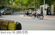 Купить «Дорожное движение в Пномпене днем, Камбоджа», видеоролик № 6289535, снято 20 апреля 2014 г. (c) pzAxe / Фотобанк Лори