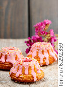 Купить «Traditional easter yeast cake decorated with pink icing», фото № 6292359, снято 22 января 2020 г. (c) BE&W Photo / Фотобанк Лори