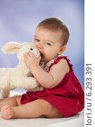 Купить «A little girl with plush rabbit.», фото № 6293391, снято 18 октября 2018 г. (c) BE&W Photo / Фотобанк Лори