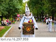 Купить «Белый (грустный) клоун с шарманкой идет по бульвару в городе Москве», фото № 6297959, снято 16 августа 2014 г. (c) Николай Винокуров / Фотобанк Лори
