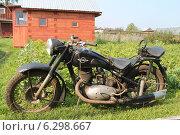 Старый мотоцикл ИЖ-49 вид слева (2014 год). Редакционное фото, фотограф Андрей / Фотобанк Лори
