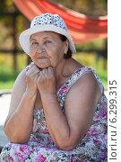 Купить «Портрет пожилой женщины», фото № 6299315, снято 31 июля 2014 г. (c) Кекяляйнен Андрей / Фотобанк Лори
