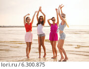 Купить «group of smiling women dancing on beach», фото № 6300875, снято 26 июля 2014 г. (c) Syda Productions / Фотобанк Лори