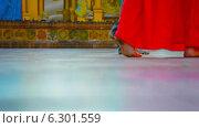 Купить «Босоногие посетители храма в Янгоне, Бирма», видеоролик № 6301559, снято 28 апреля 2014 г. (c) pzAxe / Фотобанк Лори