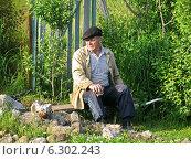 Пожилой сельский человек отдыхает на лавочке летним вечером. Стоковое фото, фотограф Daniela / Фотобанк Лори