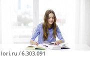 Купить «Happy smiling student girl with books», видеоролик № 6303091, снято 11 марта 2014 г. (c) Syda Productions / Фотобанк Лори