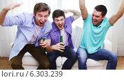 Купить «Happy male friends with beer watching tv at home», видеоролик № 6303239, снято 8 апреля 2014 г. (c) Syda Productions / Фотобанк Лори