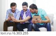 Купить «Smiling friends with tablet pc computers at home», видеоролик № 6303255, снято 8 апреля 2014 г. (c) Syda Productions / Фотобанк Лори