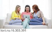 Купить «Teenage girls with tablet pc and credit card», видеоролик № 6303391, снято 8 мая 2014 г. (c) Syda Productions / Фотобанк Лори