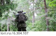 Young soldier with backpack in forest. Стоковое видео, видеограф Syda Productions / Фотобанк Лори