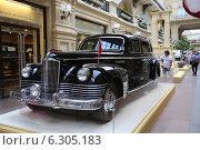 Купить «Правительственный лимузин ЗИС-115 образца 1949 года на выставке Собрания классических автомобилей Gorkyclassic в ГУМе, Москва», эксклюзивное фото № 6305183, снято 20 августа 2014 г. (c) Алексей Гусев / Фотобанк Лори