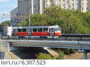 Трамвай 31 маршрута проезжает по Волоколамскому трамвайному путепроводу (Москва) (2014 год). Стоковое фото, фотограф Александр Замараев / Фотобанк Лори