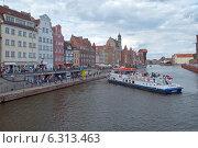 Купить «Гданьск. Прогулочное судно  швартуется к причалу на набережной старого города», эксклюзивное фото № 6313463, снято 23 августа 2014 г. (c) Svet / Фотобанк Лори