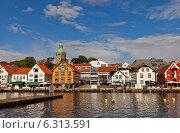Старинные дома (бывшие портовые склады, XIX в.) на набережной гавани г. Ставангера, Норвегия (2014 год). Редакционное фото, фотограф Иван Марчук / Фотобанк Лори
