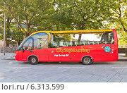 Купить «Красный городской экскурсионный автобус ожидает туристов в центре г. Ставангер, Норвегия», фото № 6313599, снято 16 августа 2014 г. (c) Иван Марчук / Фотобанк Лори