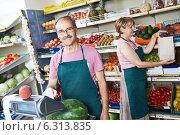 Купить «sales an in fruit market shop», фото № 6313835, снято 28 июня 2014 г. (c) Дмитрий Калиновский / Фотобанк Лори