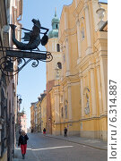 Varsaviana Book House and facade of St. Martin`s Church in Warsaw. Редакционное фото, агентство BE&W Photo / Фотобанк Лори