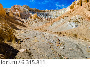 Пещеры Khyunglung  в долине Гаруды, Тибет (2014 год). Стоковое фото, фотограф Наталья Лихащенко / Фотобанк Лори