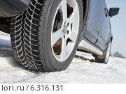 Купить «Winter tyres wheels installed on suv car outdoors», фото № 6316131, снято 7 февраля 2014 г. (c) Дмитрий Калиновский / Фотобанк Лори