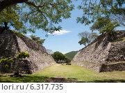 Древнее поселение ацтеков Шочикалько. Поле для игры с мячом (2014 год). Стоковое фото, фотограф Ludenya Vera / Фотобанк Лори