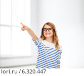 Купить «cute little girl in eyeglasses pointing in the air», фото № 6320447, снято 31 июля 2013 г. (c) Syda Productions / Фотобанк Лори