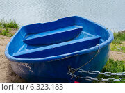 Синяя лодка на берегу пруда. Стоковое фото, фотограф Елена Корепанова / Фотобанк Лори