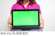 Купить «Женщина протягивает руки с открытым ноутбуком с зеленым экраном вперед», видеоролик № 6324923, снято 26 августа 2014 г. (c) Кекяляйнен Андрей / Фотобанк Лори