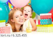 Купить «Детский день рождения. Мама, маленькая дочь, подарки и шары», фото № 6325455, снято 24 августа 2014 г. (c) Евгений Атаманенко / Фотобанк Лори