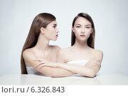Две красивые девушки с длинными волосами на светлом фоне. Стоковое фото, фотограф Яна Застольская / Фотобанк Лори