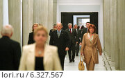 People in one of the halls of the Sejm of the Republic of Poland in Warsaw, Poland (2004 год). Редакционное фото, агентство Caro Photoagency / Фотобанк Лори