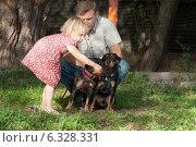 Мужчина с маленькой дочерью и двумя собаками. Стоковое фото, фотограф Мороз Елена / Фотобанк Лори