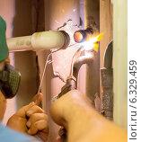 Купить «Слесарь-сантехник производит газовую сварку трубы в квартире», фото № 6329459, снято 27 августа 2014 г. (c) Александр Фрейдин / Фотобанк Лори