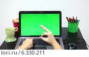 Купить «Женщина печатает на клавиатуре ноутбука и показывает знак отлично», видеоролик № 6330211, снято 27 августа 2014 г. (c) Кекяляйнен Андрей / Фотобанк Лори