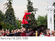 Купить «Лихой казак сбивает саблей бутылки с водой на лошади во время показательных выступлений Кремлевской школы верховой езды на ВДНХ в городе Москве, Россия», фото № 6331199, снято 6 июля 2014 г. (c) Николай Винокуров / Фотобанк Лори