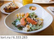 Купить «Салат с курицей, вялеными помидорами и грейпфрутом с белым соусом», фото № 6333283, снято 24 августа 2014 г. (c) Gagara / Фотобанк Лори