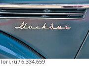Купить «Надпись модели Москвич-400/401 на ВДНХ. Фрагмент», эксклюзивное фото № 6334659, снято 12 августа 2014 г. (c) Алёшина Оксана / Фотобанк Лори