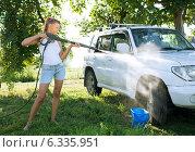 Девушка моет автомобиль на траве. Стоковое фото, фотограф Анатолий Типляшин / Фотобанк Лори