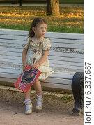 Купить «Красивая девочка сидит на скамейке в парке с книжкой», фото № 6337687, снято 18 июля 2014 г. (c) Алексей Назаров / Фотобанк Лори