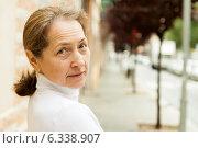Купить «Портрет женщины в возрасте на улице», фото № 6338907, снято 23 января 2020 г. (c) Дарья Филимонова / Фотобанк Лори