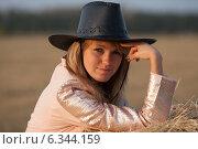 Девушка в ковбойской шляпе. Стоковое фото, фотограф Дарья Швыдкая / Фотобанк Лори