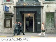 Entrance to the SEB Eesti Uehispank in Tallinn, Estonia (2004 год). Редакционное фото, агентство Caro Photoagency / Фотобанк Лори