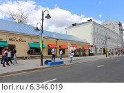 Купить «Бывший жилой дом с лавками и питейным заведением, построен в 1788 г., перестроен во 2-й пол. XIX в., Москва, Пятницкая ул., 26», эксклюзивное фото № 6346019, снято 23 августа 2014 г. (c) Алексей Гусев / Фотобанк Лори