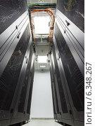 Купить «Вид снизу на стеллажи и потолок центра обработки данных», фото № 6348267, снято 22 ноября 2019 г. (c) Mikhail Starodubov / Фотобанк Лори