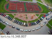 Купить «Парковка многоквартирного дома, вид сверху», эксклюзивное фото № 6348807, снято 21 мая 2018 г. (c) Екатерина Тимонова / Фотобанк Лори
