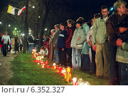 People in Poznan mourning after the death of Pope John Paul II, Poland (2005 год). Редакционное фото, агентство Caro Photoagency / Фотобанк Лори