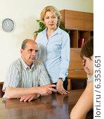 Купить «Adult daughter talking with parents», фото № 6353651, снято 17 июня 2014 г. (c) Яков Филимонов / Фотобанк Лори