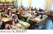 Купить «Учительница проводит первый урок для первоклассников в школе», видеоролик № 6354471, снято 2 сентября 2014 г. (c) Кекяляйнен Андрей / Фотобанк Лори