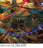 Купить «Новогодние украшения на елке», фото № 6356635, снято 11 января 2013 г. (c) Елена Вяселева / Фотобанк Лори