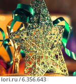 Купить «Новогодняя звезда и серпантин», фото № 6356643, снято 12 января 2013 г. (c) Елена Вяселева / Фотобанк Лори